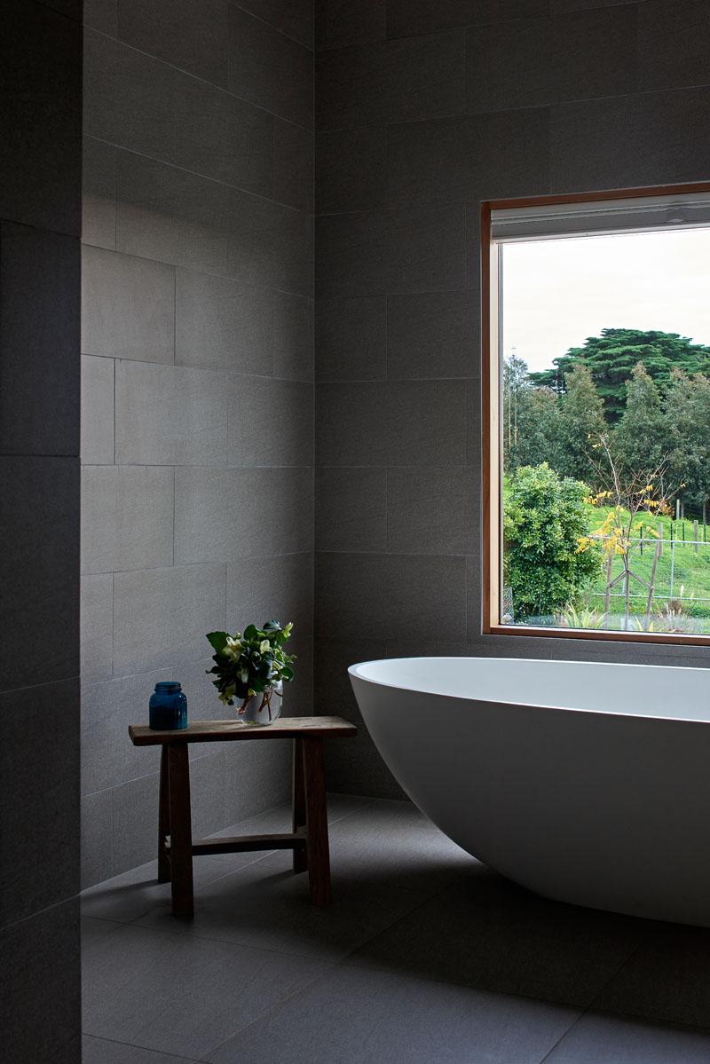 minimal-grey-and-white-bathroom-window-111017-1240-13